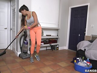 Performance boobs cleaning lady Mercedes Carrera gives a blowjob for money
